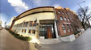 Ez bejárat, csak ne ilyen torz épületet keress! Majd az órákon átvesszük mitől néz ki így a fotó :-)